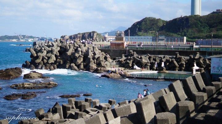 基隆|旅遊|和礁岩、熱帶魚、遠洋漁船、煙囪、鹹鹹的海水一起游泳-海興游泳池